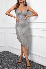 Silbernes, figurbetontes Paillettenkleid mit V-Ausschnitt