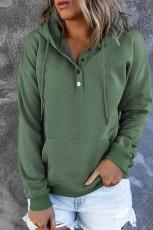 Vihreä napitettava puserohuppari, jossa tasku