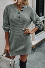 Graues Pulloverkleid mit geknöpftem, geknöpftem Ausschnitt und tiefem Schulterausschnitt in Waffelstrick