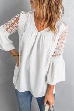 Witte kanten blouse met uitlopende uitlopende mouwen en V-hals