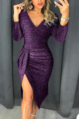 Коктейльное платье с металлическим вырезом и фиолетовым блеском с рюшами