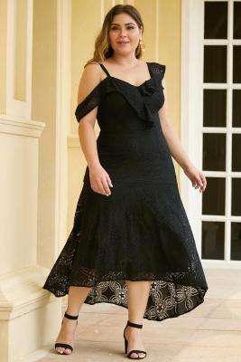Vestido de encaje con hombros descubiertos y diseño asimétrico negro