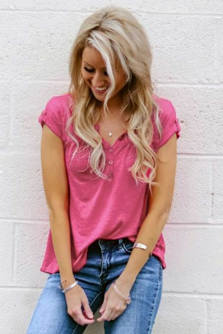 Camiseta de manga corta con mezcla de algodón con detalle de botones rosas