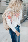 Top de manga larga con estampado de rayas florales blanco