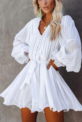 فستان قصير أبيض بأكمام طويلة مريح
