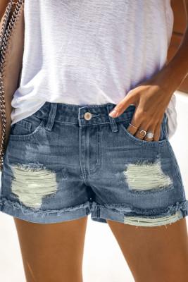 Pantalones cortos de mezclilla azul con dobladillo enrollado desgastados y rasgados