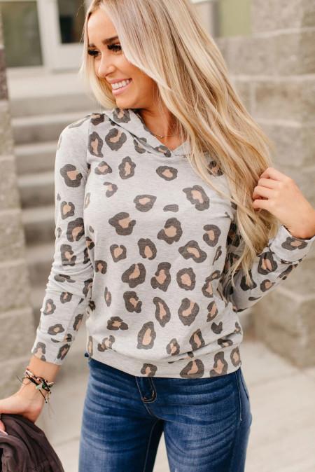 Grauer Hoodie mit Leopardenmuster