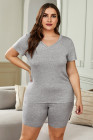 Pantalones cortos y camiseta gris con cuello en V de talla grande