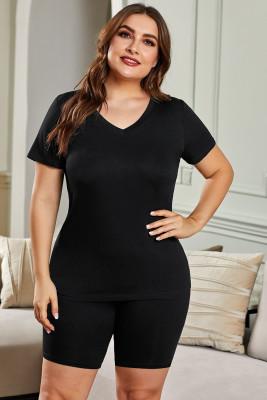 Camiseta negra con cuello en V y pantalones cortos de talla grande