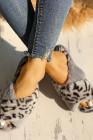 رمادي - شبشب بمقدمة مفتوحة متقاطع من جلد النمر منفوش