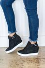 حذاء سنيكرز بكعب ويدج بسحّاب أسود