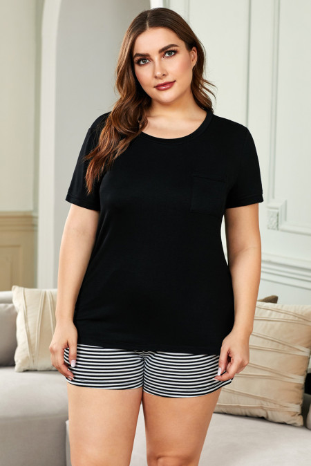 Camiseta negra de talla grande y pantalones cortos a rayas