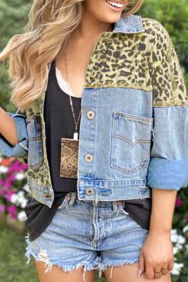 Укороченная джинсовая куртка небесно-голубого цвета с леопардовым принтом и карманом