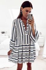 Mini šaty s volánovým výstřihem a výstřihem do V s geometrickým potiskem