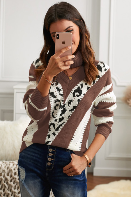 Коричневый свитер в полоску с V-образным вырезом