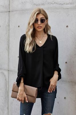 Camisa negra con cuello en V y manga 3/4 con dobladillo alto y bajo