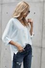 Camisa blanca con cuello en V y manga 3/4 con dobladillo bajo alto