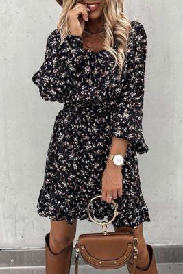 Черное платье с цветочным принтом и оборками на резинке на талии