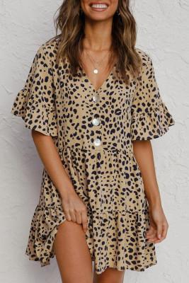 فستان قصير مكشكش بياقة على شكل V وأزرار