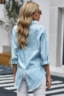 Camisa vaquera con dobladillo deshilachado y mangas largas enrolladas azul cielo