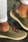 حذاء رياضي كاجوال بفتحات دائرية وكعب مسطح أخضر اللون