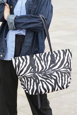 حقيبة يد كبيرة الحجم بطبعة حمار وحشي