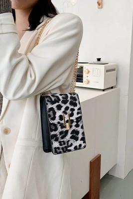 حقيبة كروس سوداء بطبعة جلد الفهد