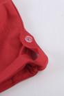 Camiseta de manga corta con mezcla de algodón con detalle de botones rojos