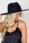 قبعة سوداء واسعة الحواف