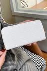 محفظة جلد صناعي لامعة بيضاء اللون
