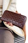 محفظة جلد صناعي لامعة بنية اللون