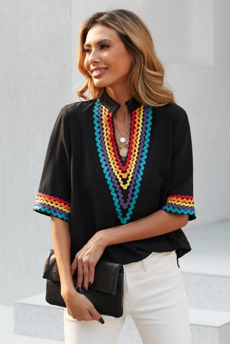 Черный топ с короткими рукавами и цветными блоками в этническом стиле