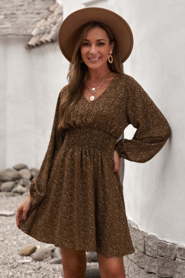 فستان بني قصير مطبوع بياقة على شكل V وأكمام بالون