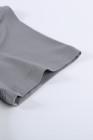 Camiseta gris con cuello redondo y bloques de color
