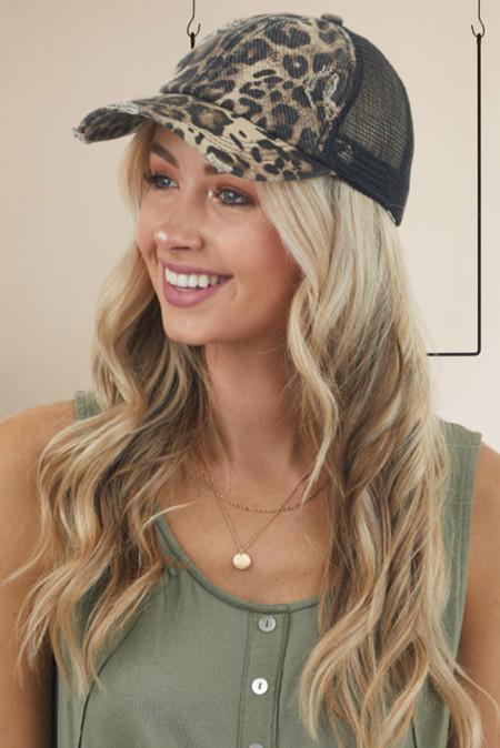 قبعة بيسبول متقاطعة من الخلف بطبعة جلد الفهد مع فتحات