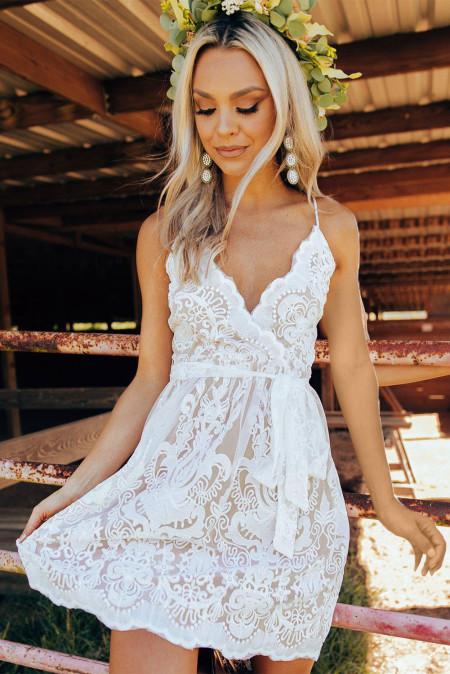 فستان أبيض قصير من الدانتيل بأشرطة السباغيتي مع ربطة الخصر