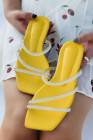 صندل مسطح سهل الارتداء مرصع بأحجار الراين باللون الأصفر