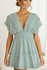 Mini-robe en dentelle à col en V profond sans dos avec pompons vert