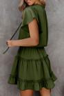 فستان قصير أخضر برقبة على شكل V ومكشكش