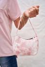حقيبة كتف تحت الإبط مطبوعة وردية اللون