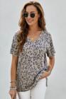 Camiseta marrón de leopardo con bolsillo delantero y cuello en V