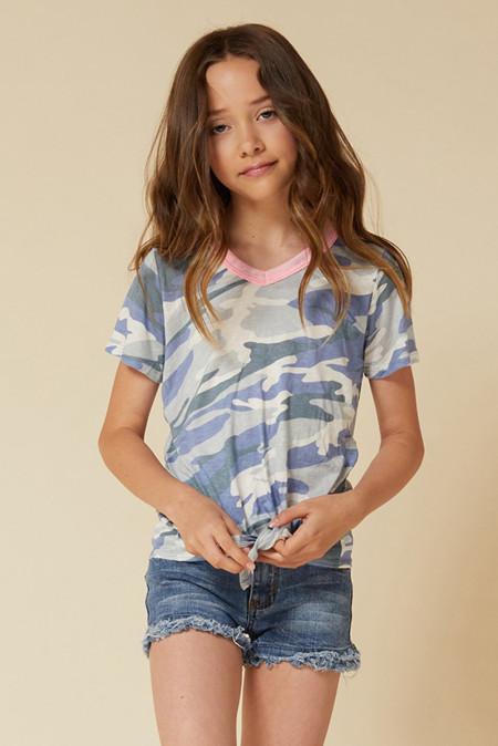 تي شيرت بطبعة كامو بحافة متباينة للفتيات الصغيرات بعقدة