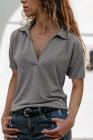 Camiseta gris con cuello en V y mangas caídas