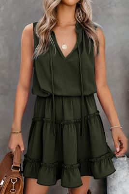 فستان أخضر قصير بدون أكمام بياقة على شكل V ومكشكش