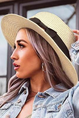 قبعة من القش باللون البيج