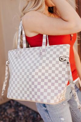 حقيبة بيضاء مربعة مع محفظة مطابقة