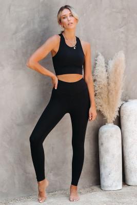 حمالة صدر يوجا سوداء وملابس رياضية ضيقة عالية الخصر