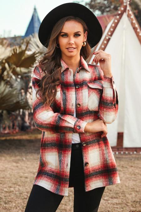 Красное пальто с отложным воротником и клетчатым карманом на пуговицах