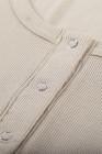 Top caqui de manga corta de punto acanalado con cuello redondo abotonado al frente