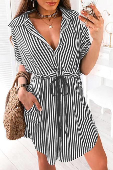 فستان قصير بفتحة رقبة على شكل حرف V وأزرار ورباط وجيب مخطط